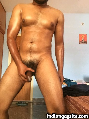 Indian Gay Porn: Sexy desi hunk oiling up his hot body and jerking off