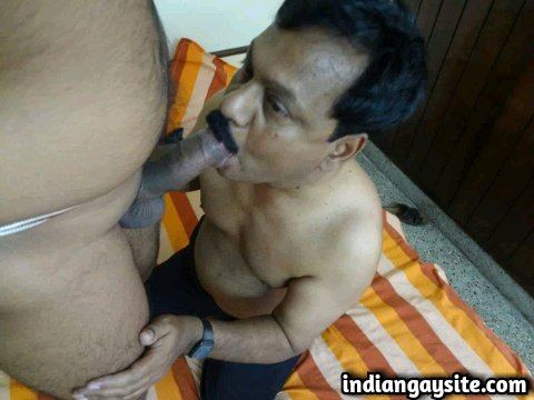 Indian Gay Porn: Sexy desi mature cock sucker pleasing his horny twinky tops