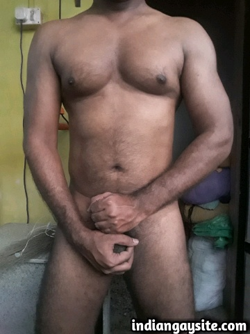 Indian Gay Porn: Sexy desi hunk flexing his hot muscular body like a model