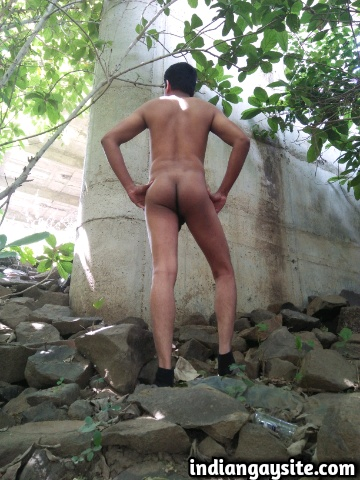 Indian Gay Porn: Sexy desi exhibitionist enjoying a naked show out in the open