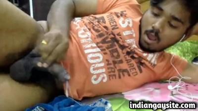 Desi gay video of a horny hunk cumming hard