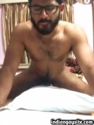 Gay desi video of hot stud humping bed & cumming