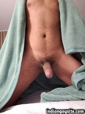 Naked Desi Hunk Exposing Bubbly Butt & Big Dick