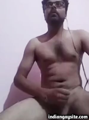 Desi Gay Video of Hot Hunk Cumming over Cam