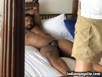 Sexy Indian Hunk Exposing Naked in Desi Gay Video