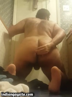 Indian Gay Video of Horny Bottom Fucking with Brush