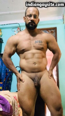 Nude Muscle Hunk Shows Beefy Bare Body