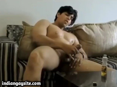 Muscle hunk cumshot after a wild jerk off