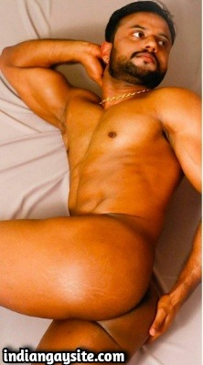 Nude muscle hunk showing ass and body