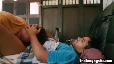 Interracial gay blowjob video of white guy sucking Indian