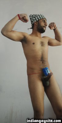Hard cock pics of a sexy nude muscle hunk