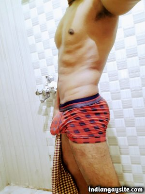 Nude gym hunk flexing in tight sexy undies