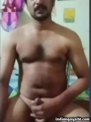 Nude hunky daddy wanking hard on cam show