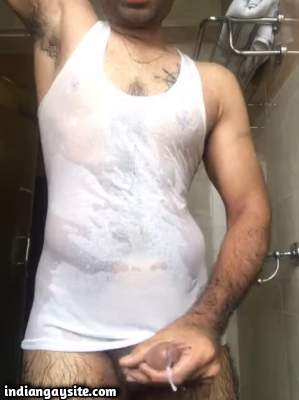 Showering desi hunk cums wildly on cam show